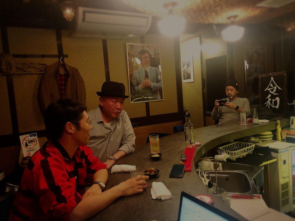 金沢のスナックパンチで対談する料理人・髙木慎一郎と歴史学者・三石晃生と、OPENSAUCE代表・宮田人司
