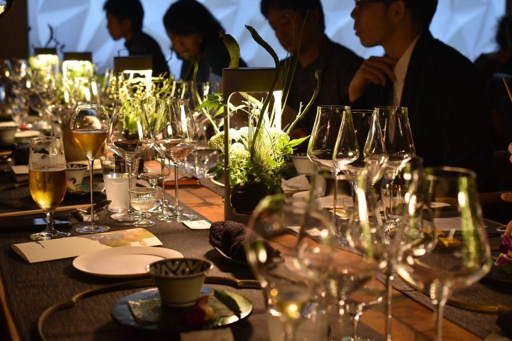 テ金沢A_RESTAURANT設置の、seccaによる枠折敷とテーブルランプ