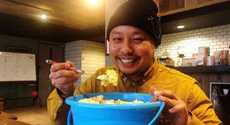 バケツでポテサラを食べる上土井大志