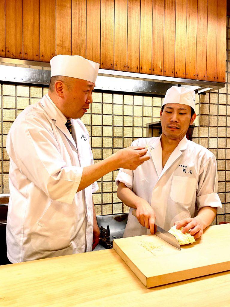 キャベツ千切りを作る銭屋・高木慎一朗とアシスタントShoji