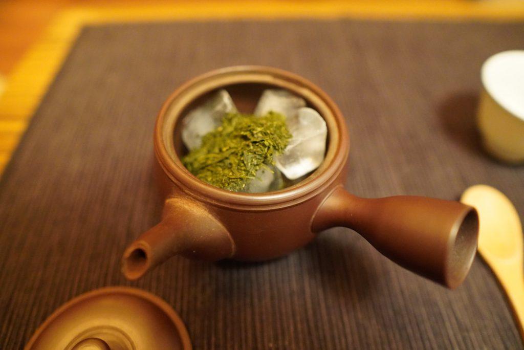 日本酒カクテル作りに氷を入れた急須に茶葉を入れる