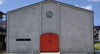 蒸留所アレンビックの赤い扉